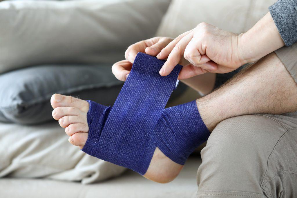 การพันข้อเท้าเพื่อประคองข้อเท้าไม่ให้ทำงานมากเกินไป