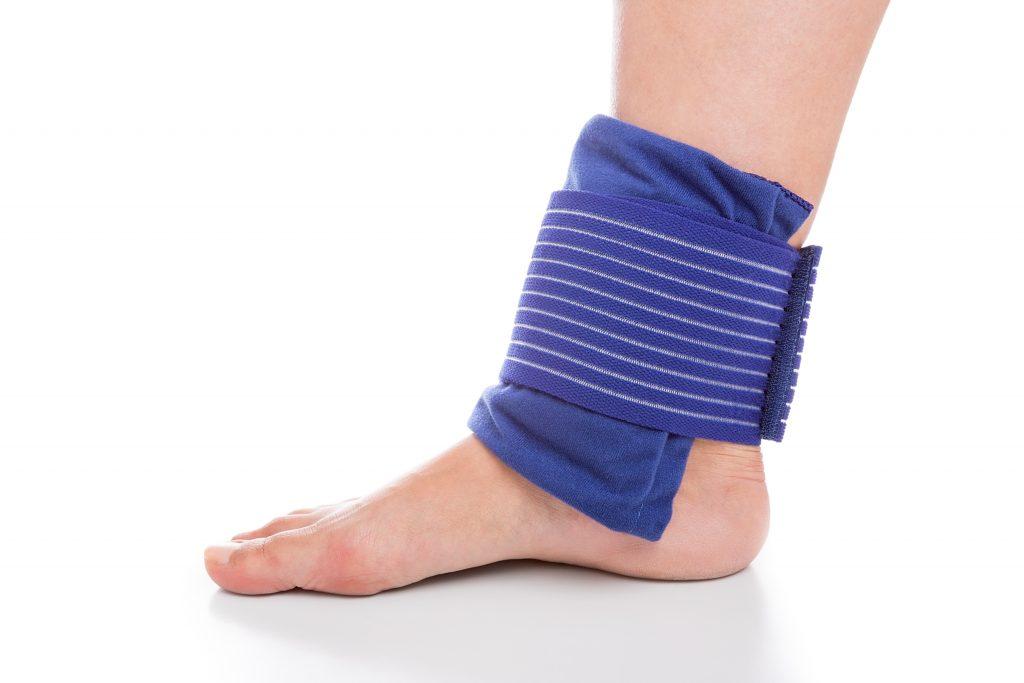 บรรเทาการปวดข้อเท้าด้วยการพันข้อเท้าเพื่อประคองข้อเท้าไว้ไม่ให้ขยับใช้งานมากเกินไป