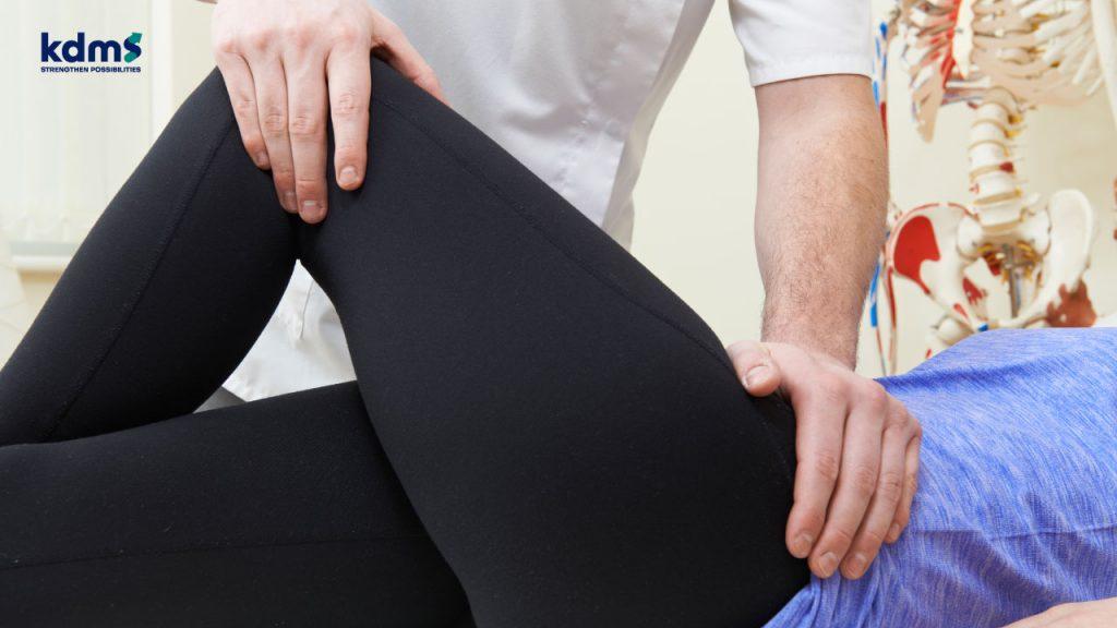 การตรวจวินิจฉัยโรคสะโพกเสื่อมด้วยการคลำหาตำแหน่งเจ็บบริเวณสะโพก